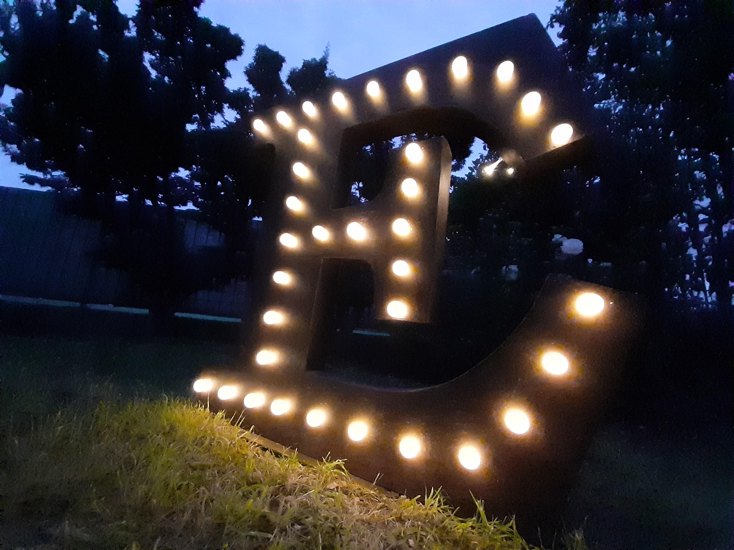 """Lettera iniziale """"E"""" luminosa in stile industriale"""