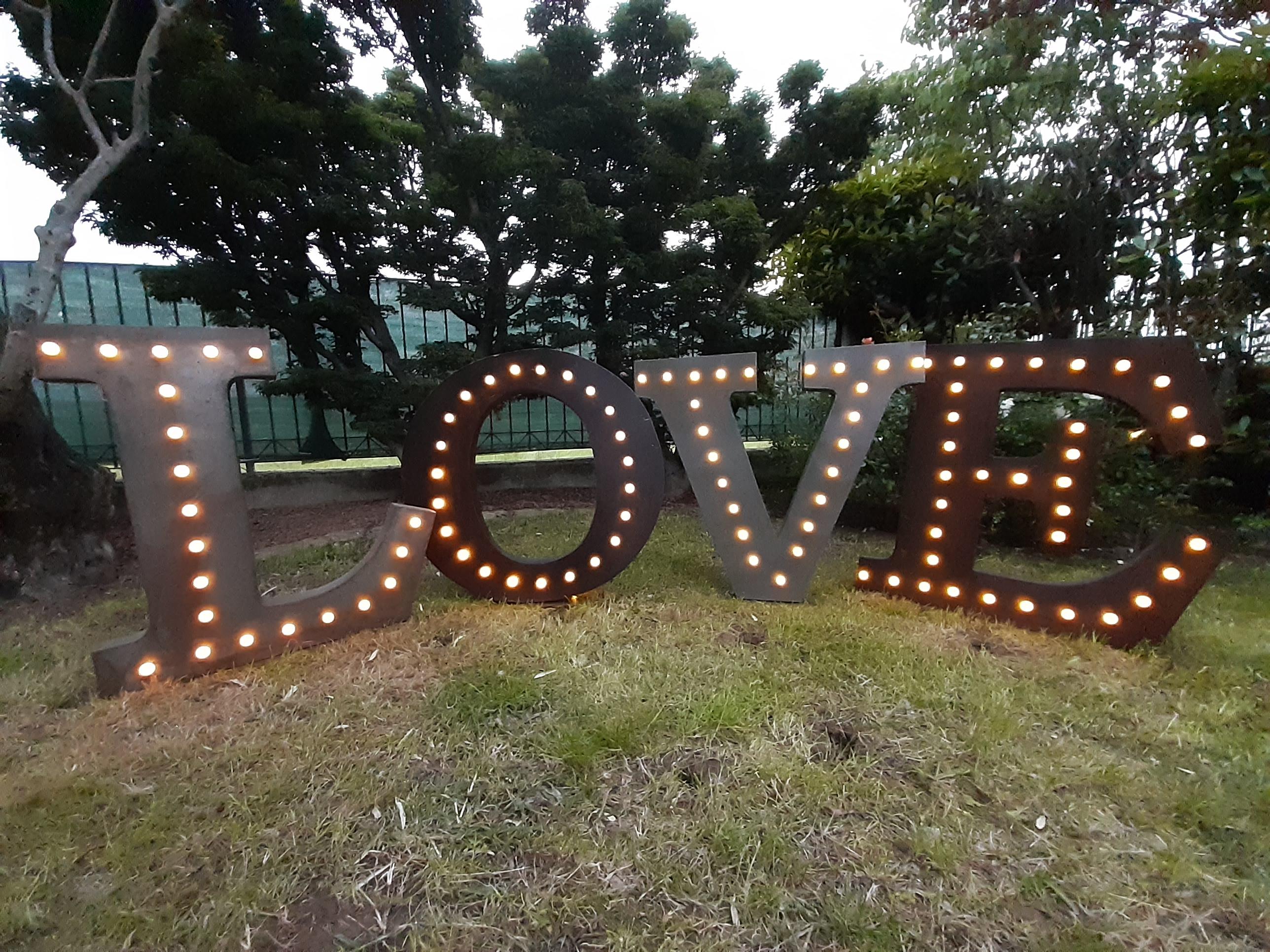 Scritta Luminosa LOVE in stile industriale grande gigante